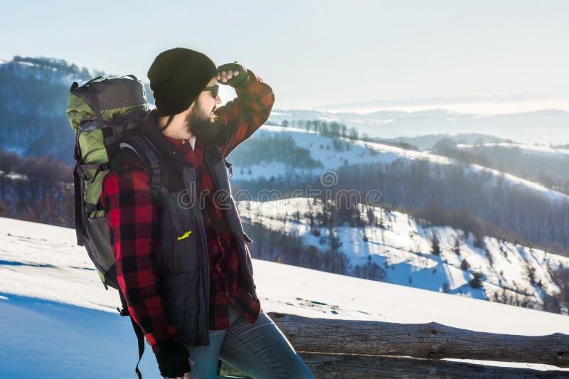 一座多雪的山的有胡子的男性远足者 免版税库存图片