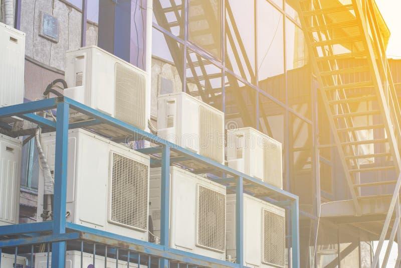 一座大办公楼的墙壁与蓝色窗口和空调的 图库摄影