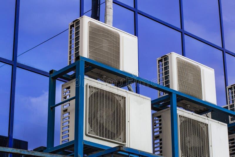 一座大办公楼的墙壁与蓝色窗口和空调的 库存照片