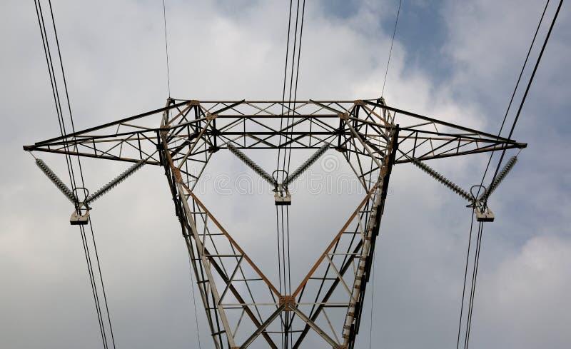 一座大定向塔的细节与非常长的电导线的 库存照片