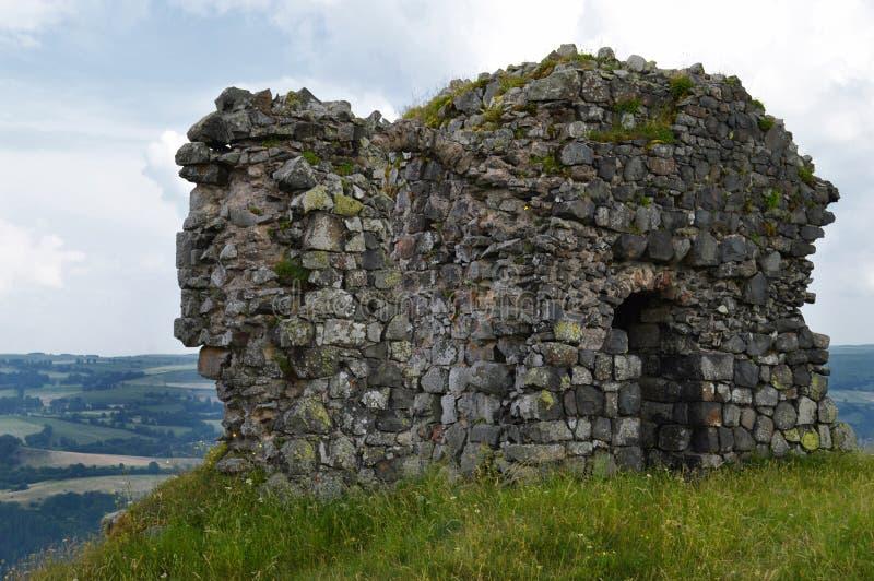 一座封建城堡的废墟在小山的 库存图片