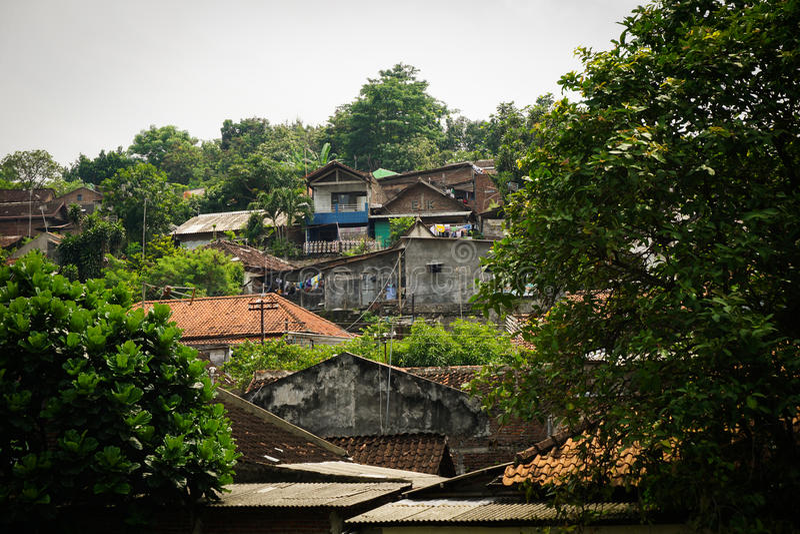 一座山的贫民窟与在三宝垄拍的绿色看法照片印度尼西亚 库存照片