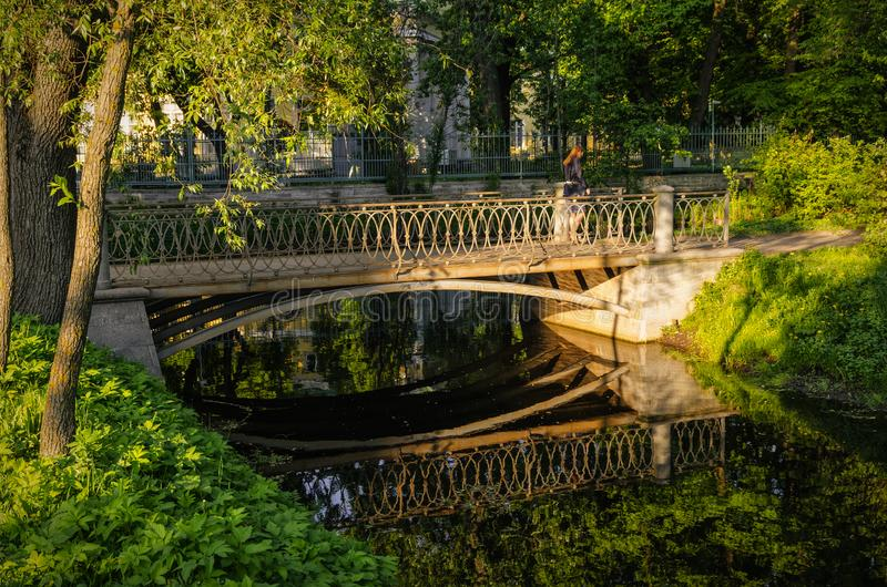 一座桥梁在Tavrichesky庭院里 库存图片