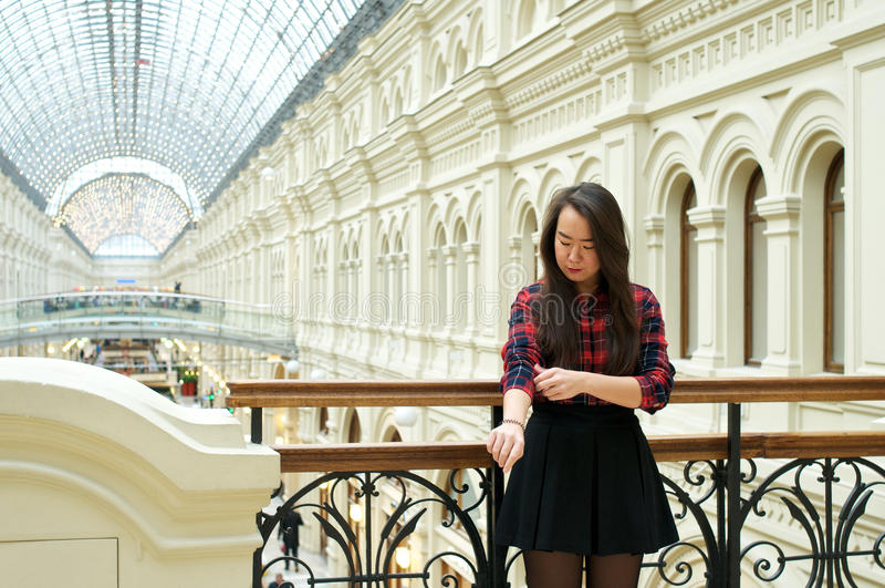 一座桥梁的女孩有栏杆的 免版税库存照片