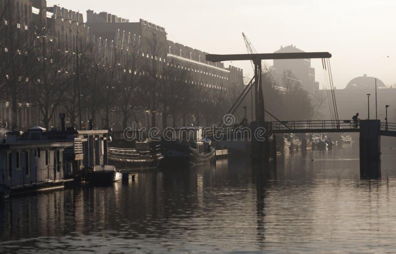 一座桥梁的看法在Enterpotdok阿姆斯特丹,荷兰的 库存图片