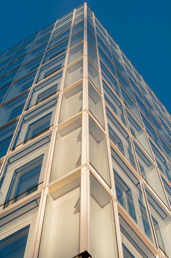 一座现代办公楼的门面与glas和钢的元素的在蓝天下 库存图片