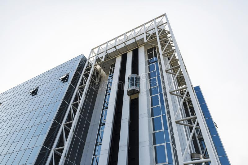 一座现代办公楼的门面在布鲁塞尔,比利时 图库摄影