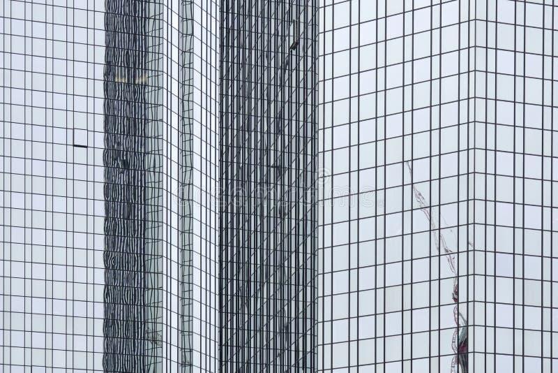 在一座现代办公楼的反射 库存图片