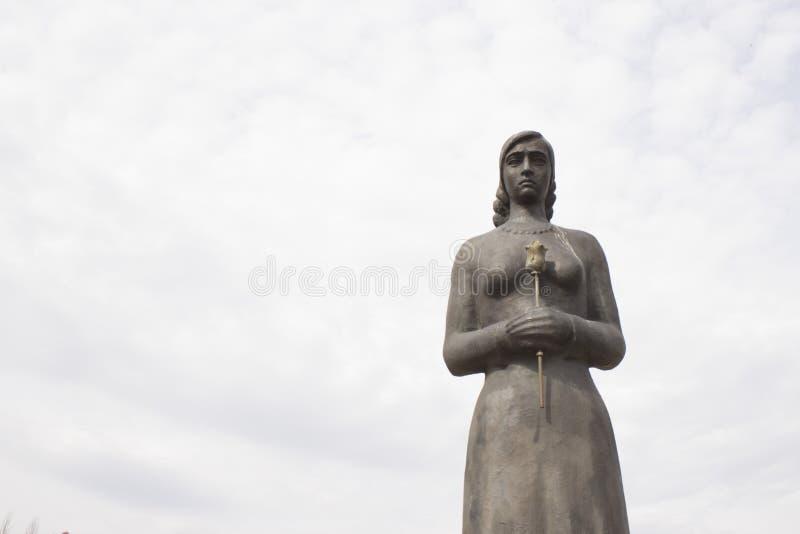 一座纪念碑在胜利公园 喀山在俄罗斯 有一朵花的女孩在她的手上 图库摄影
