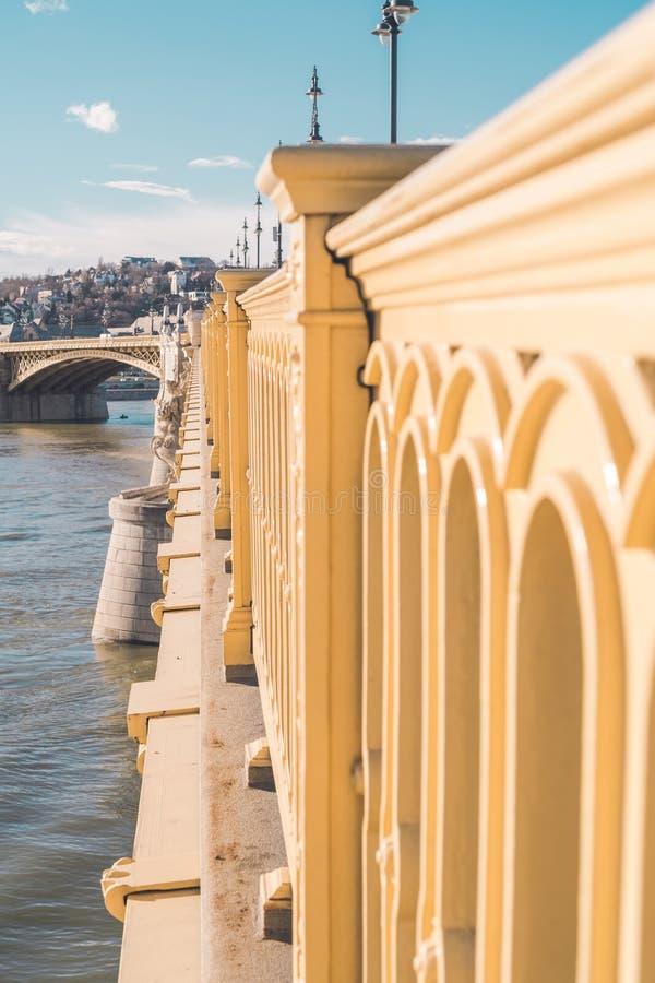 一座美丽的桥梁的边有另一座桥梁的可看见在距离和河 库存例证