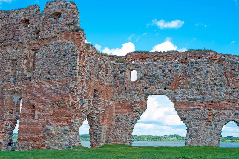 一座老城堡卢扎的废墟与湖的 库存图片