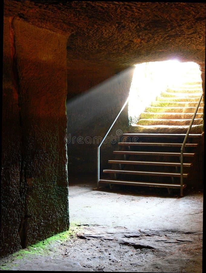 一座老城堡的地窖台阶与光束的 库存图片