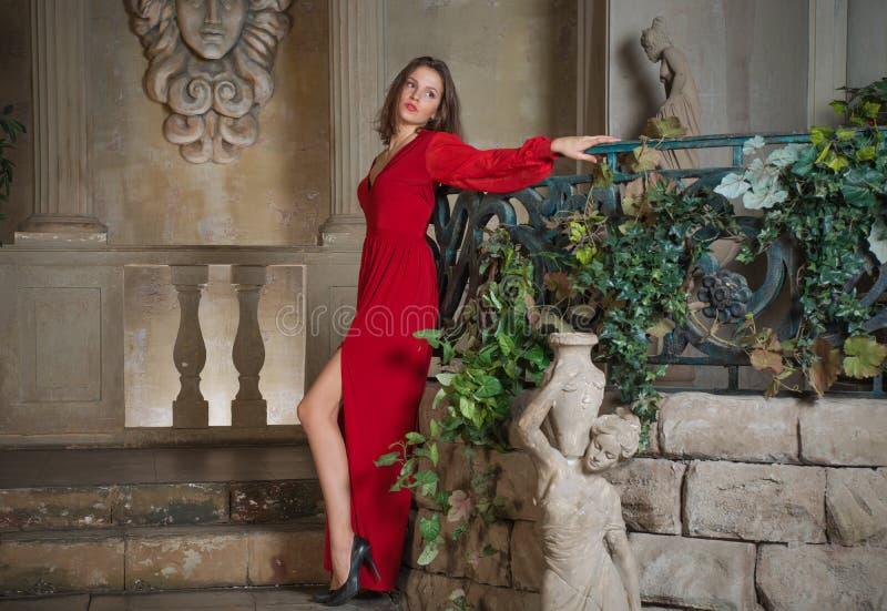 一座老城堡的美丽的女孩 免版税库存图片