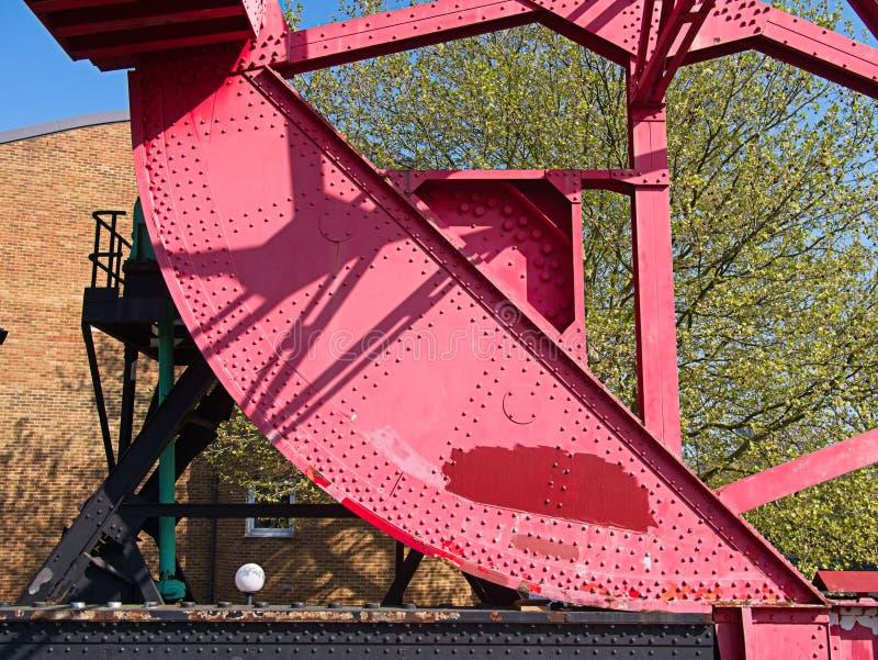 一座老生锈的钢碾压升降吊桥的特写镜头 免版税库存照片