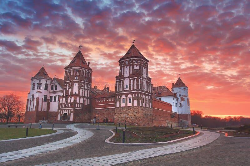一座老Mirsky城堡的风景反对五颜六色的天空的在美好的黎明 免版税图库摄影