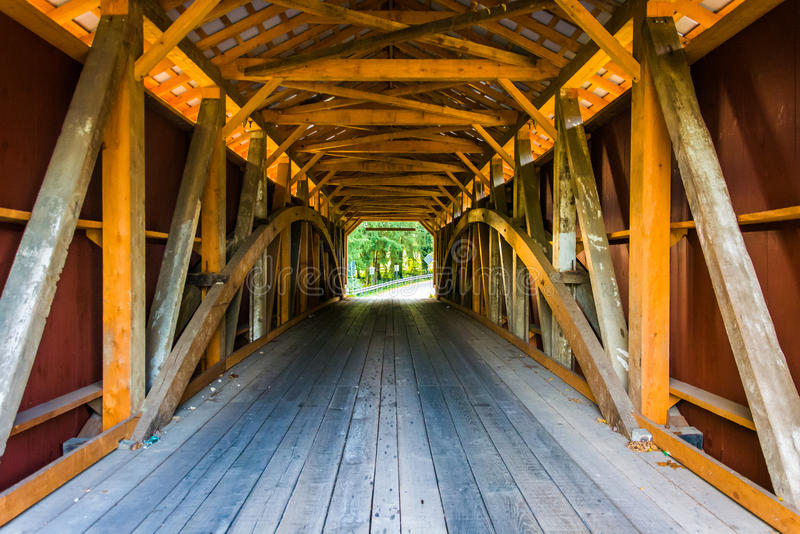 一座被遮盖的桥的内部在农村兰开斯特县, Pennsylv 免版税库存图片