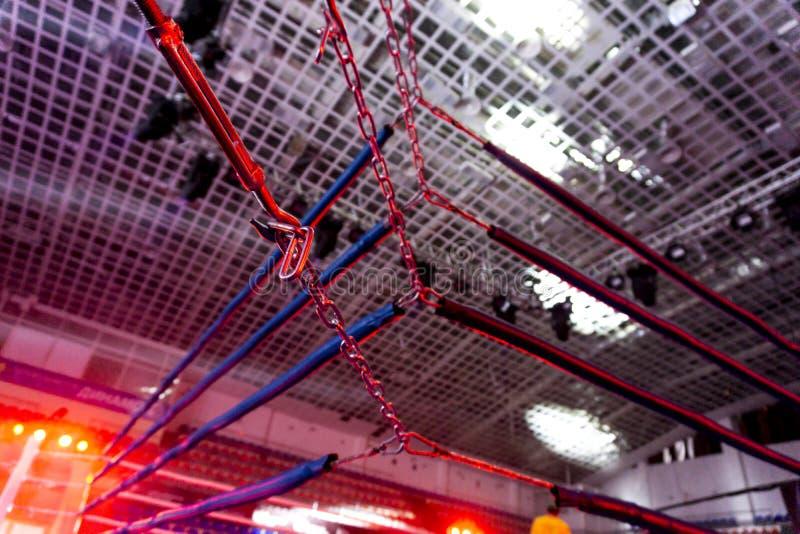 一座规则拳击台的红色角落的一个剧烈的看法 在圆环的角落的绳索 库存照片
