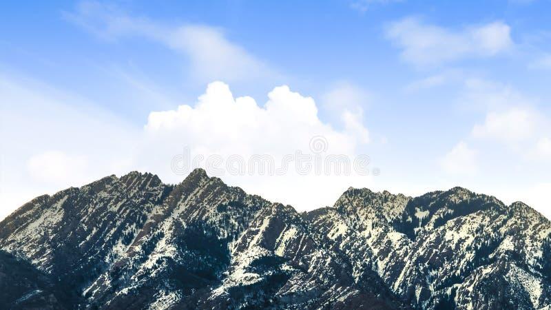 一座醒目的山的全景视图拂去灰尘与雪在一好日子 库存照片
