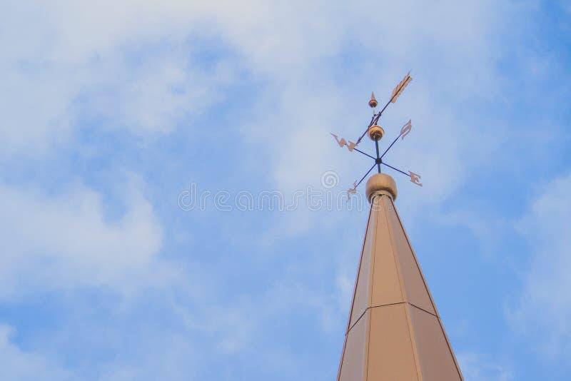 一座高塔的上面与一个指南针的在尖顶 库存照片