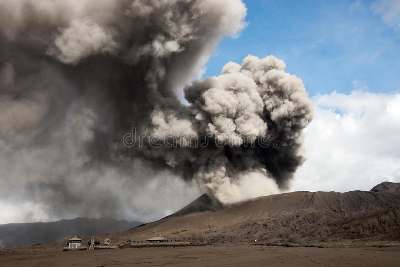 从一座活火山出来的灰色烟填装天空在腾格尔塞梅鲁火山国家公园 免版税库存照片