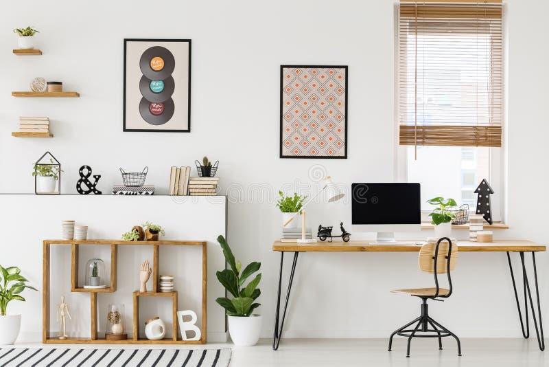 一张书桌的真正的照片有大模型屏幕的的装饰品 免版税库存照片