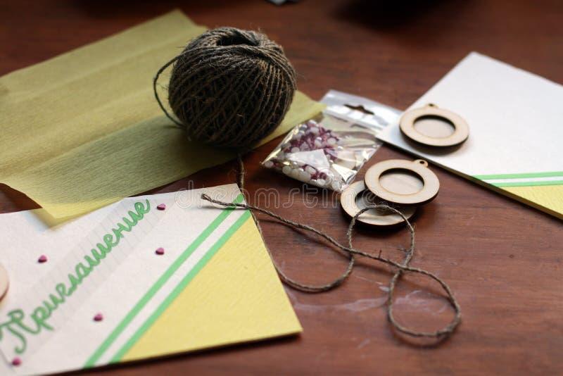 一张可爱的黄绿婚礼邀请卡片 免版税图库摄影