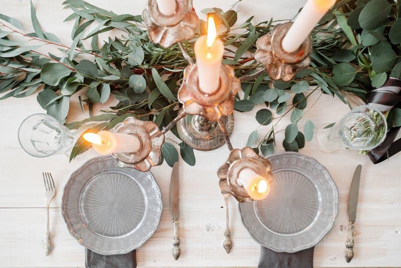 一张婚礼桌的装饰在土气样式的 库存图片