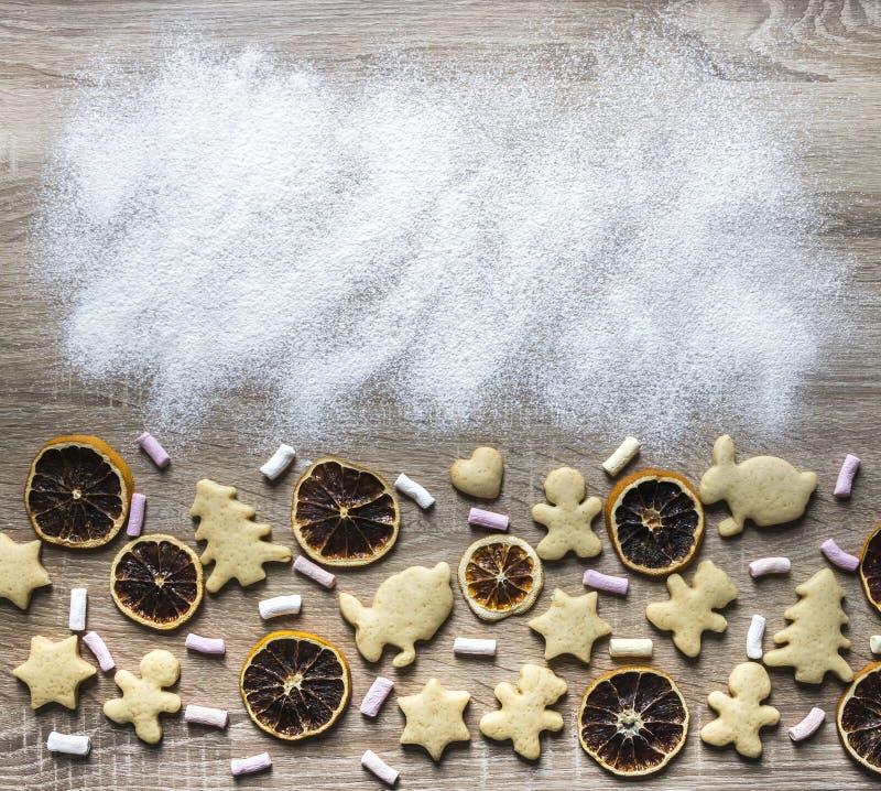 一张木桌洒与面粉,并且姜面包被计划 库存照片