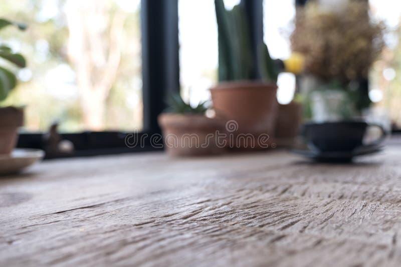 一张木桌的模糊的照片与花盆的在背景中 库存图片