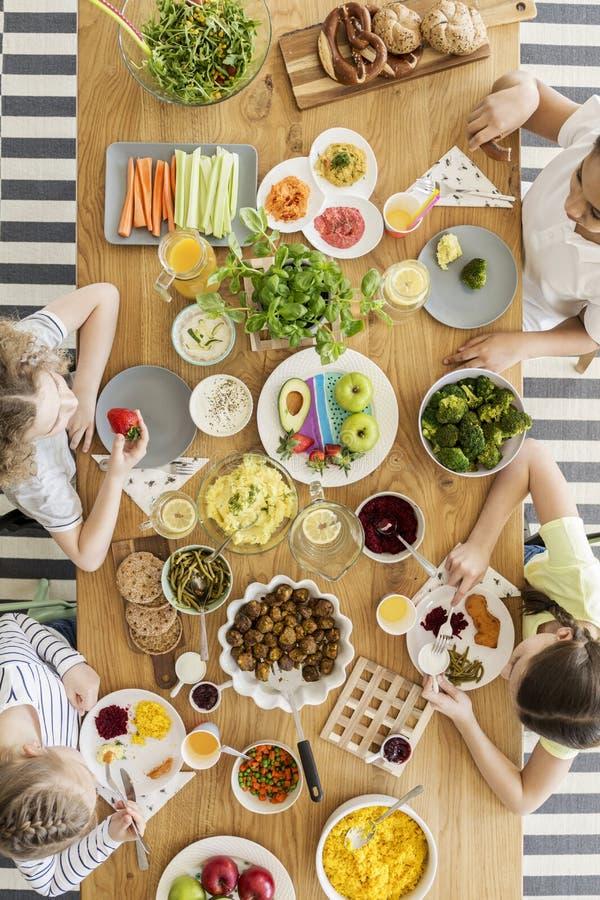 一张木桌的顶视图以新有机vegetab品种  库存图片