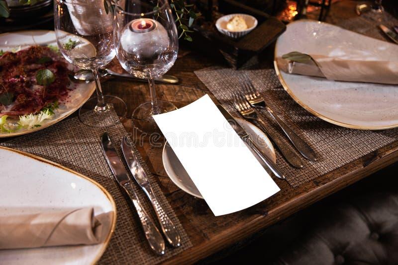 一张桌的装饰在一结婚宴会或生日宴会-美好的深色的 免版税库存图片