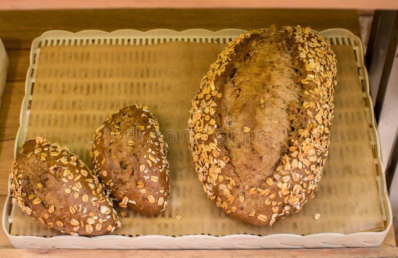 E 一张水平的顶视图从上面 香蕉面包大面包与被切的Al的 图库摄影