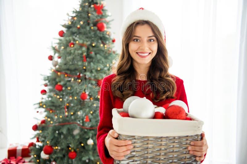 一张漂亮可爱的漂亮漂亮女友在皮树前拿着圣诞玩具盒子的照片 库存图片