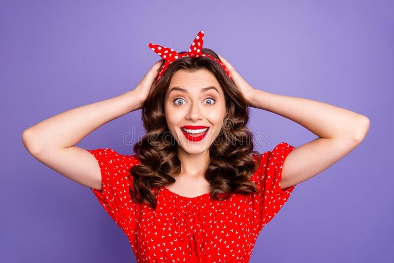 一张照片,照片上,可爱滑稽的好女人因打折而举着头,而与紫色背景隔绝 免版税库存照片