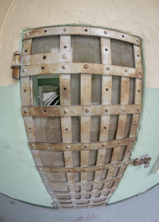 一张牢房床的看法通过酒吧 免版税库存照片
