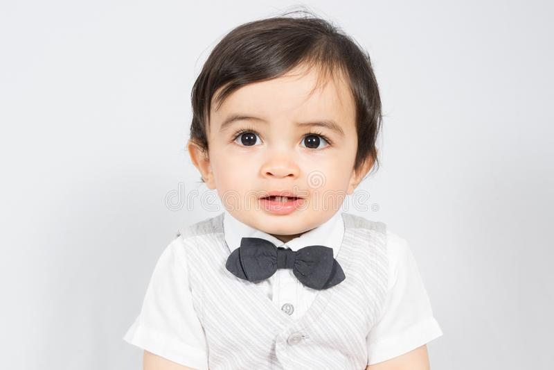 一张白色衬衣面孔的蝶形领结小时髦的男孩 库存图片