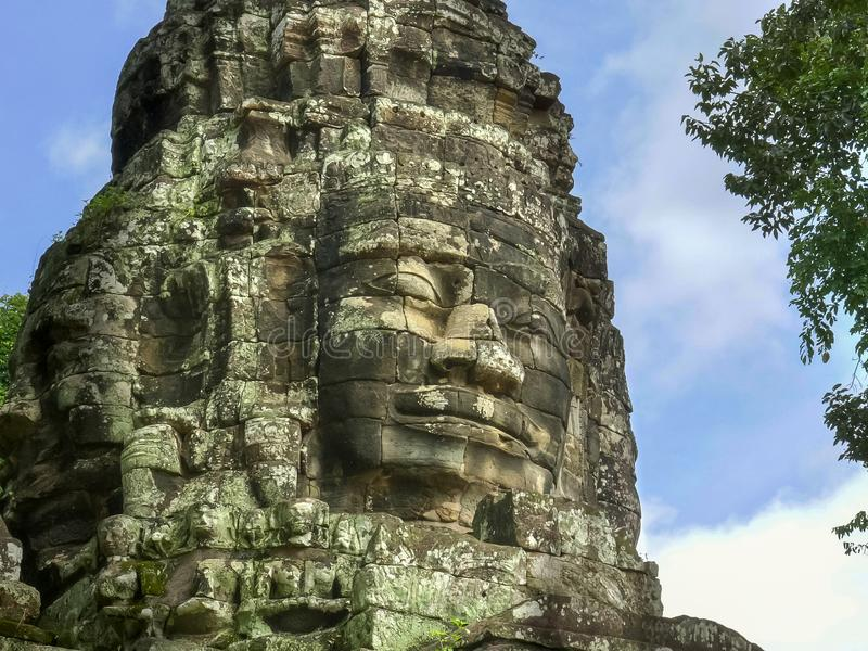 一张硕大面孔的看法的关闭在一个banteay kdei寺庙塔的在吴哥窟 免版税库存图片
