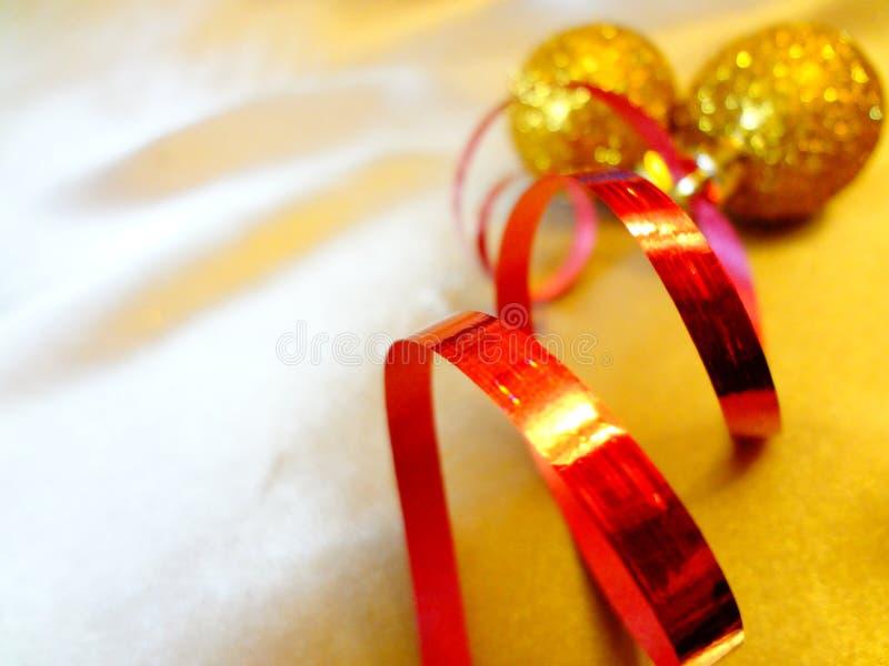 一张贺卡的概念与圣诞节装饰品的在金背景 免版税图库摄影