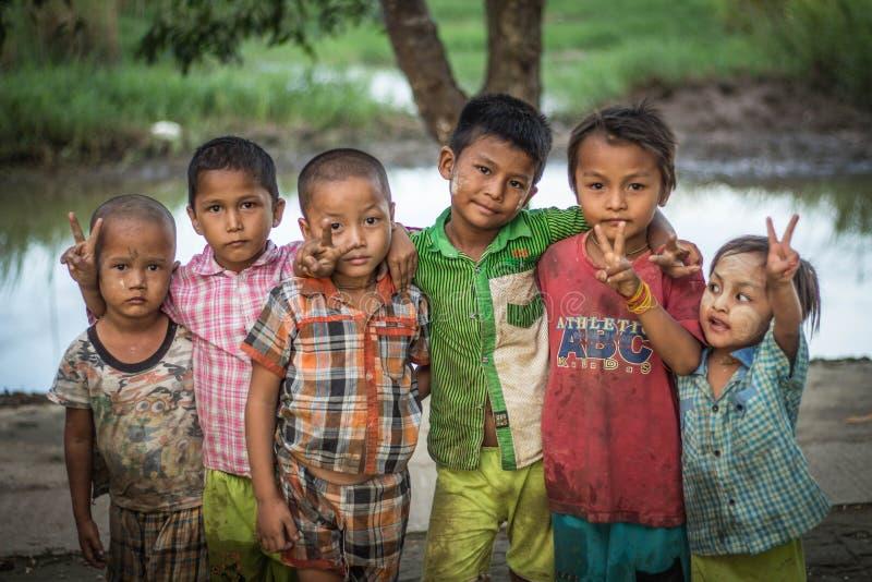 一张逗人喜爱的缅甸男孩面孔在一个乡村 免版税库存图片