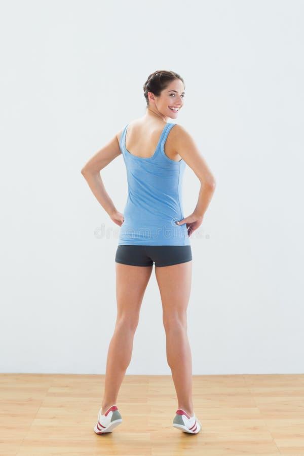 一微笑的妇女技巧用脚尖踢的背面图画象 免版税库存图片