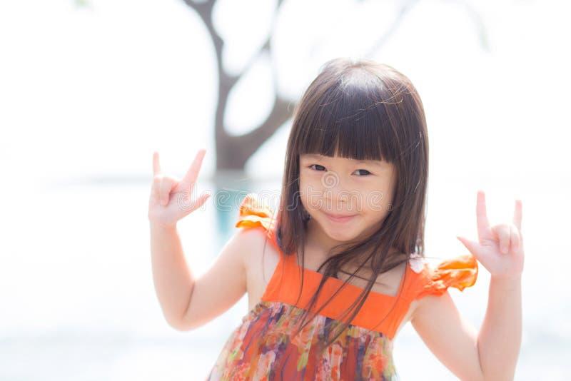 一微笑的站立的美丽的画象小女孩亚洲人在游泳池 库存图片