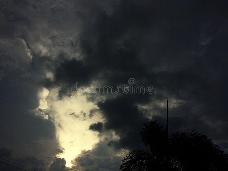 一恐怖黑暗雷暴接近的全景 库存照片