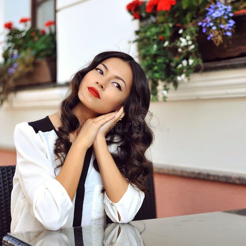 一愉快年轻美女放松的画象室外 免版税图库摄影