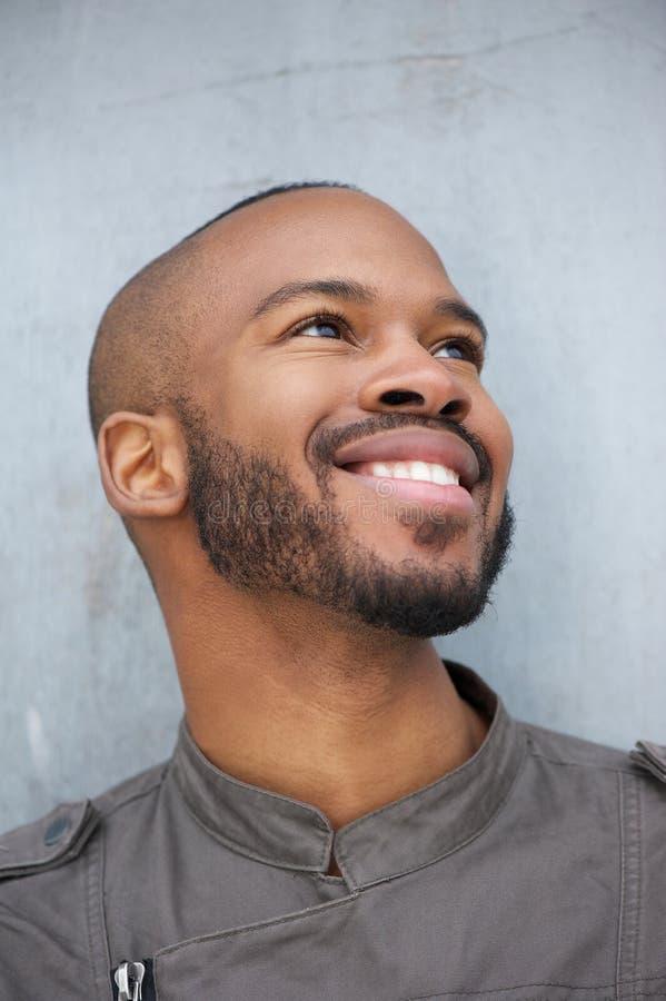 一愉快年轻非裔美国人人微笑的画象 库存照片