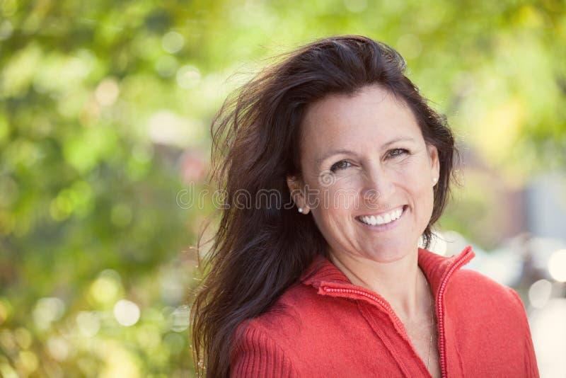 一成熟俏丽妇女微笑的特写镜头 库存照片