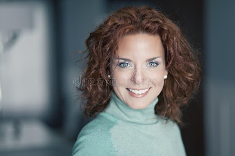 一成熟妇女微笑的特写镜头 免版税库存照片