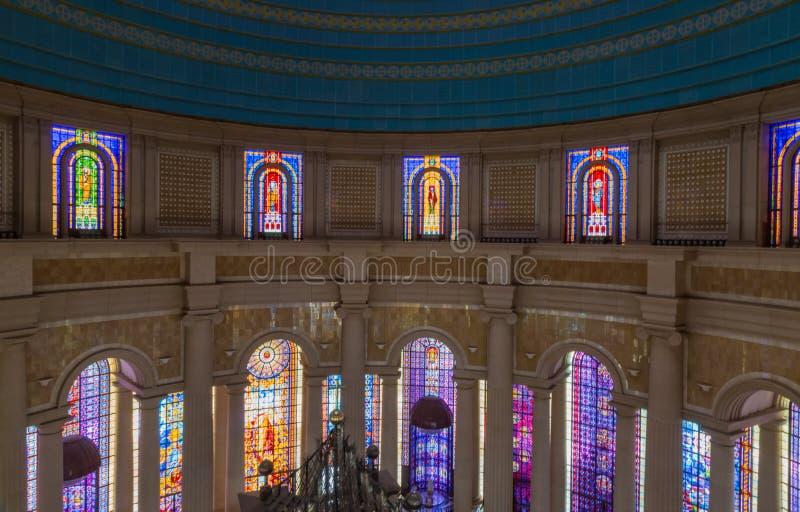 一我们的和平的夫人大教堂的许多彩色玻璃  图库摄影