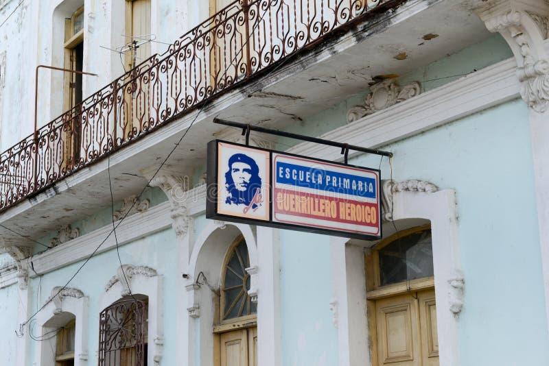 一所学校的广告牌有切・格瓦拉的图象的 库存图片