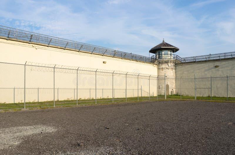 一所退役的监狱的锻炼围场 免版税库存图片