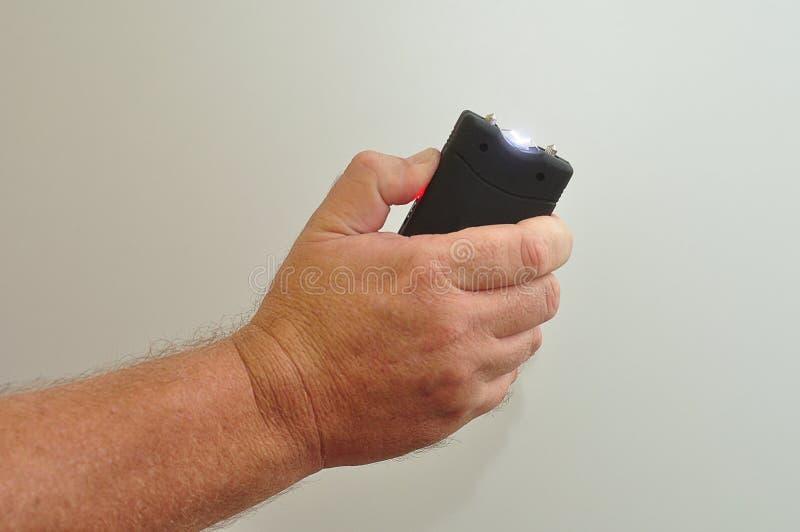 一手扶的taser 图库摄影